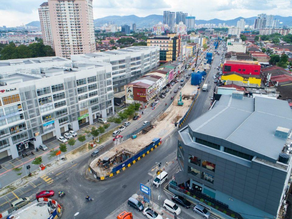 Kerja-kerja pembinaan tukup cerucuk sedang berjalan di sepanjang Jalan Ipoh berdekatan tapak Stesen MRT Kentomen.