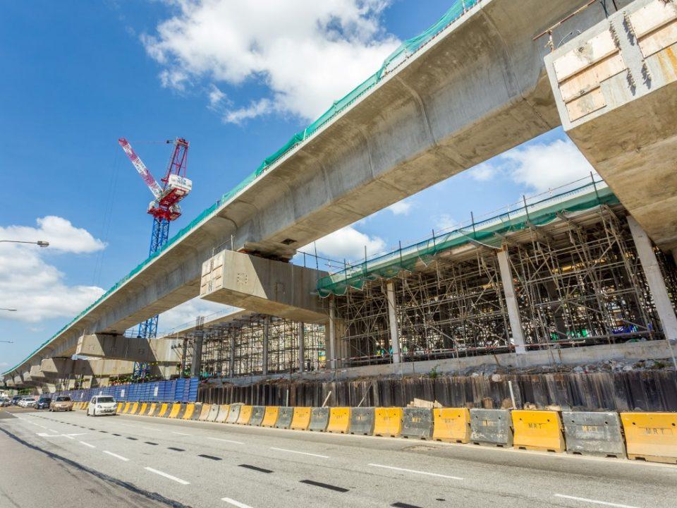Kerja-kerja pembinaan sedang dijalankan bagi rasuk, papak dan tiang di aras ruang legar dan perantaraan Stesen MRT Metro Prima.