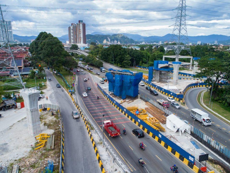 Kerja-kerja penyiapan untuk pembinaan tiang di jajaran menyeberangi Jalan Kuching di Stesen MRT Sri Delima.
