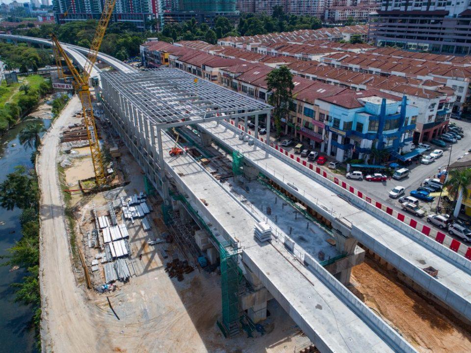 Kerja-kerja pemasangan kekuda bumbung sedang dijalankan di tapak Stesen MRT Damansara Damai.