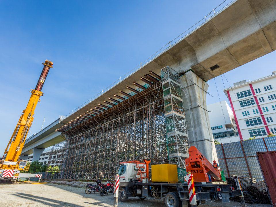 Penyiapan pembinaan galang kekotak bersegmen menggunakan kaedah tresel di jajaran laluan Sungai Buloh-Serdang-Putrajaya berhampiran dengan Sekolah Antarabangsa IGB.