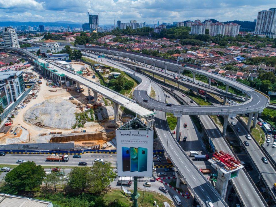 Pembinaan galang kekotak bersegmen bagi lintasan panjang No.3 di persilangan antara LDP, DUKE dan MRR2 berhampiran dengan tapak Stesen MRT Sri Damansara Timur