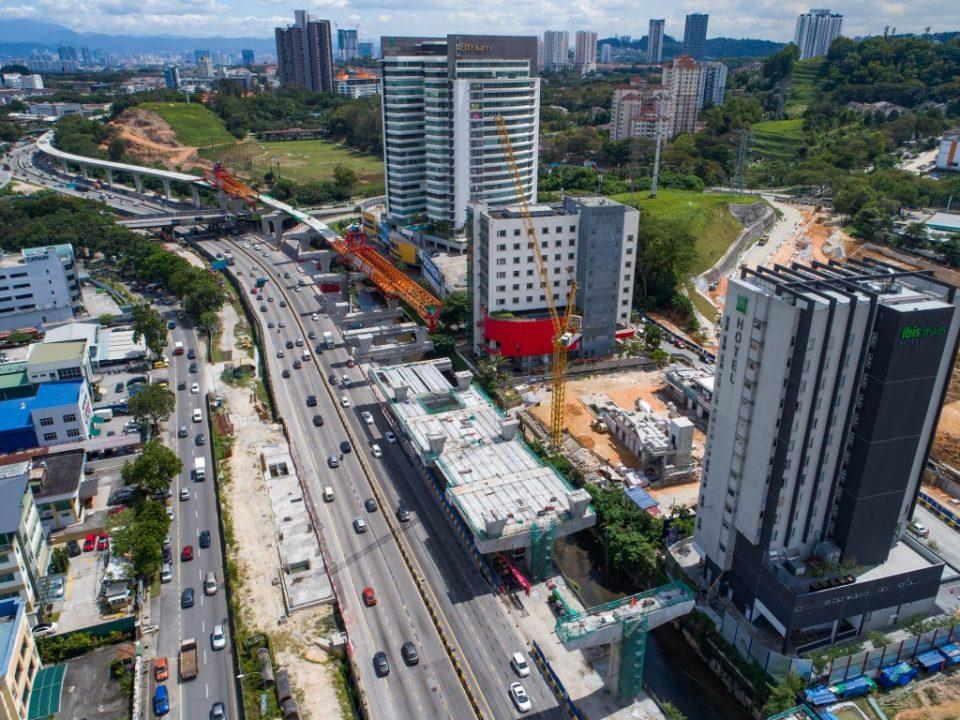 Kerja-kerja persediaan pelancar Rasuk berbentuk T sedang dijalankan di tapak Stesen MRT Sri Damansara Barat