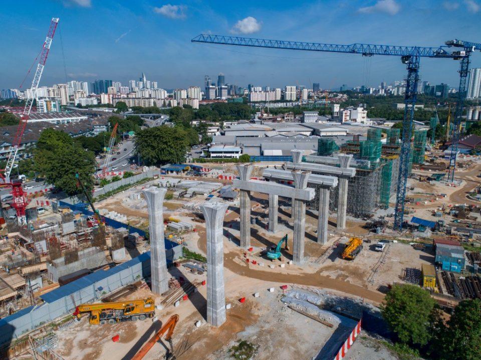 Pandangan udara kerja-kerja yang berjalan untuk pembinaan tiang, portal dan kepala tiang di tapak Stesen MRT Kuchai Lama.