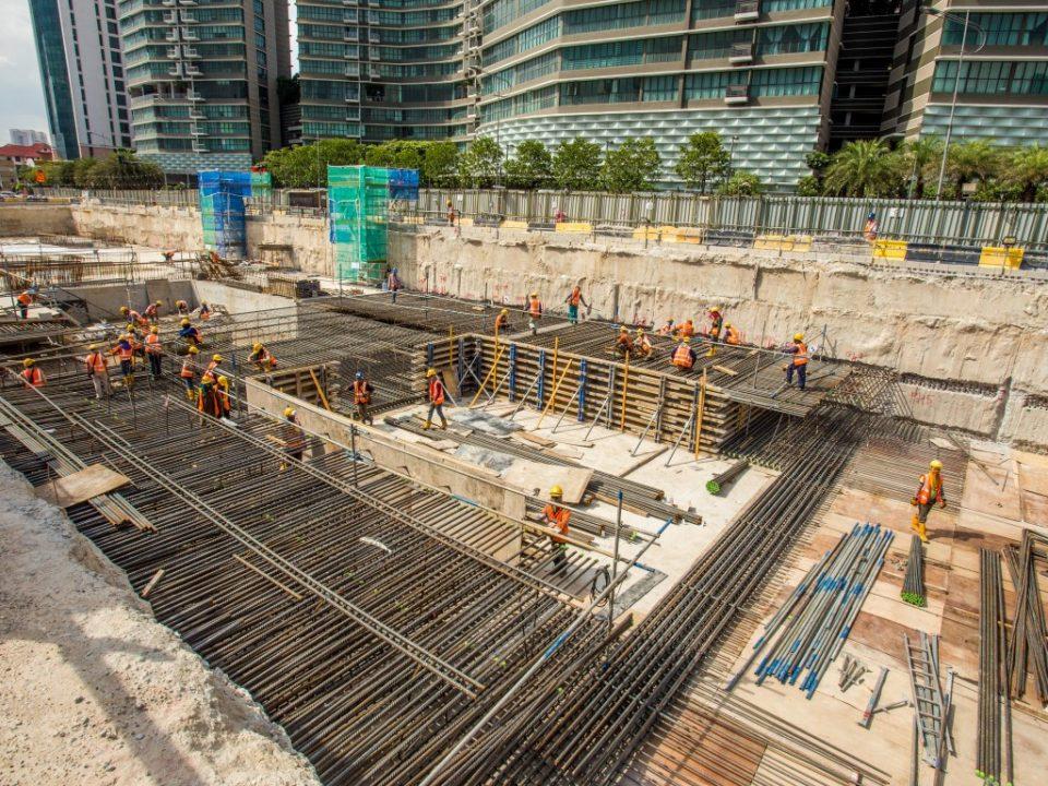 Kerja-kerja pembinaan papak bumbung sedang dijalankan di tapak Stesen MRT Kampung Baru Utara.