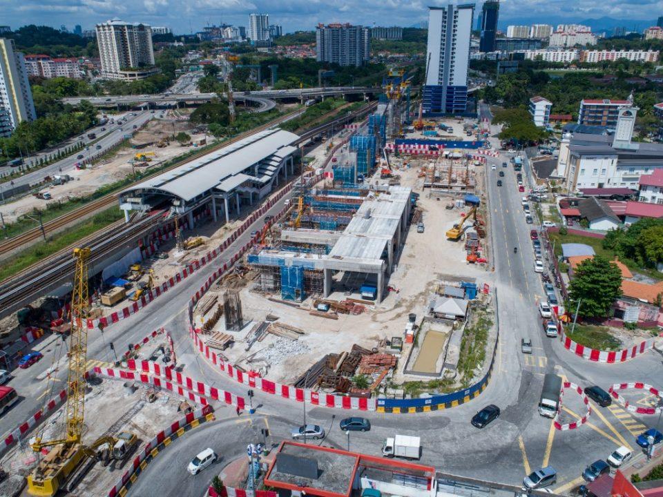 Pandangan udara kerja-kerja sedang berjalan untuk tukup cerucuk, tiang, kepala tiang, cerucuk gerek serta pelancaran galang kekotak bersegmen dan rasuk berbentuk T di tapak Stesen MRT Sungai Besi.