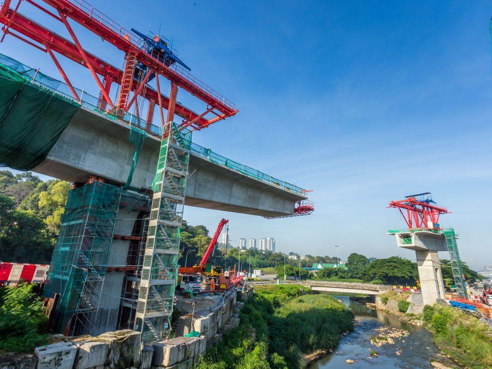 Pembinaan galang kekotak bersegmen sedang dijalankan bagi lintasan rentang panjang no. 1 di Sungai Gasi berhampiran Plaza Tol Sungai Buloh.