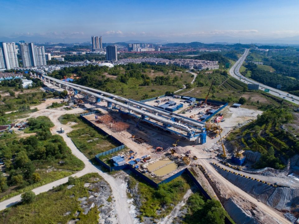 Pandangan atas kerja-kerja struktur yang sedang berjalan bagi platform aras ruang legar Stesen MRT 16 Sierra.