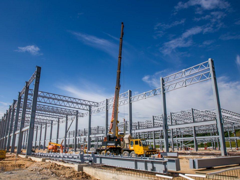 Pandangan kerja-kerja keluli binaan sedang dijalankan di bengkel infra tapak Depoh Serdang.