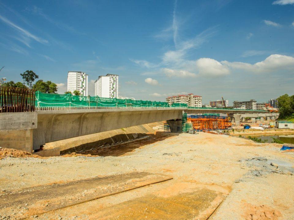 Persiapan sistem tresel untuk pelancaran galang kekotak bersegmen sedang dijalankan di tapak Stesen MRT Taman Naga Emas.