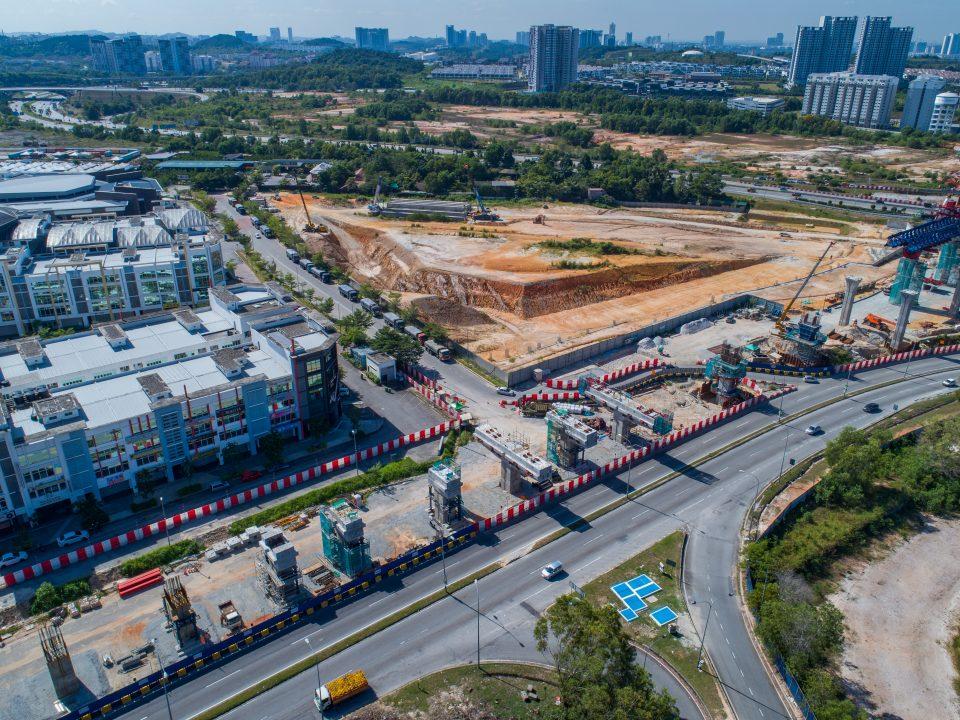 Kerja-kerja pembinaan tiang dan pelancaran pratuang berbentuk T sedang berjalan di tapak Stesen MRT Taman Putra Permai.