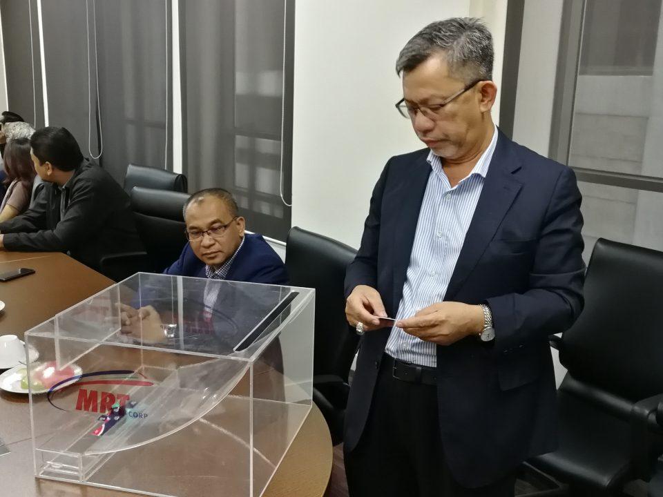 WAKIL: Ir. Kamarudin Mohd Saleh, yang mewakili Persatuan Kontraktor Melayu Malaysia sedang memasukkan nama-nama kontraktor Bumiputera ke dalam peti undi mengikut Gred mereka, semasa majlis Cabutan Undian Bumiputera yang Ke-19 untuk MRT Laluan Sungai Buloh-Serdang-Putrajaya
