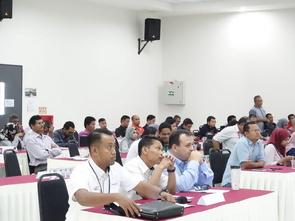 SEPENUH PERHATIAN: Peserta Persidangan OSH KVMRT 2019 memberi perhatian sepenuhnya kepada pembentangan yang diberikan.