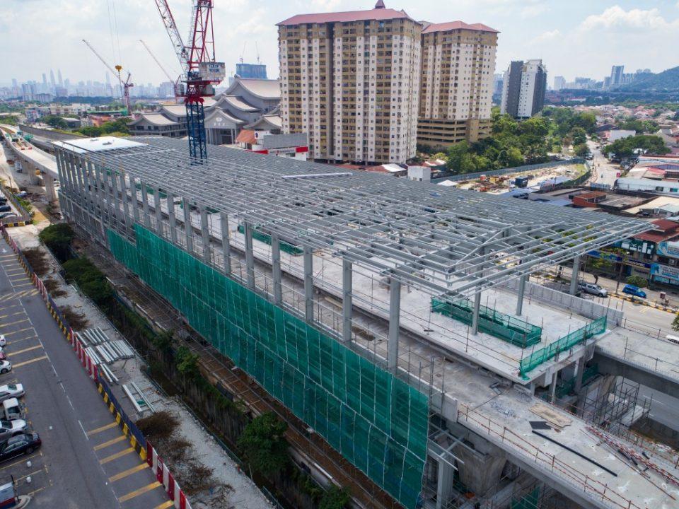 Kerja-kerja pemasangan lapik bumbung di tapak Stesen MRT Kepong Baru.