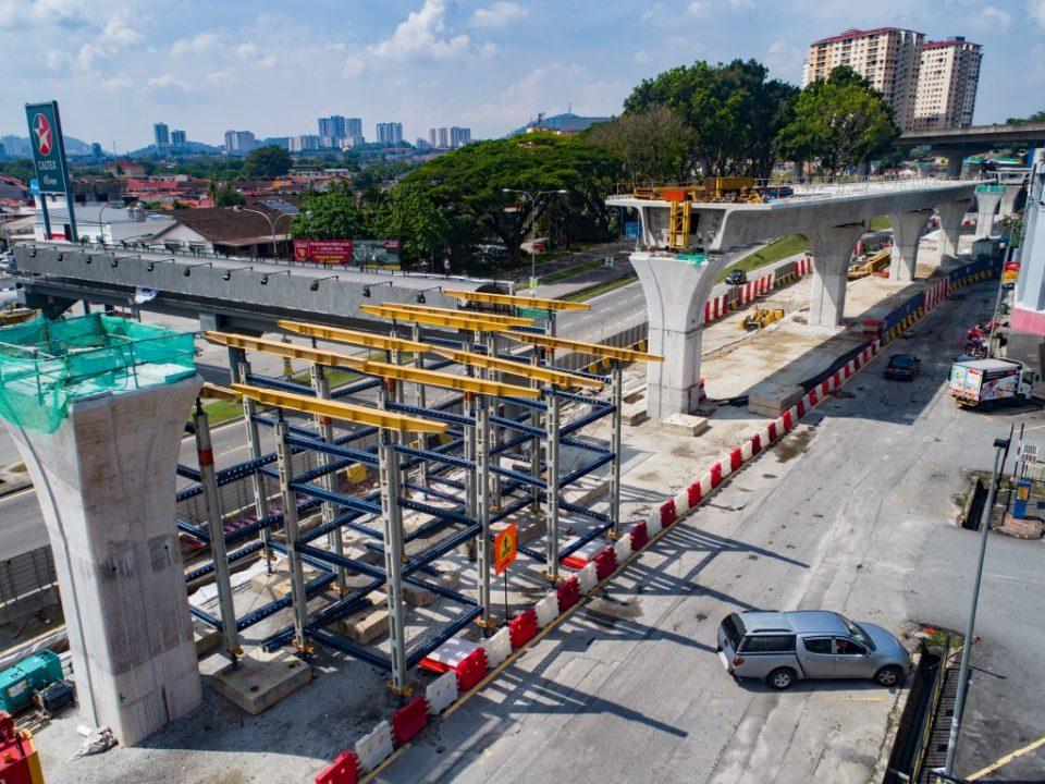Pemasangan menara trestle sedang berjalan untuk pembinaan galang kekotak bersegmen di jajaran berhampiran MRR2.