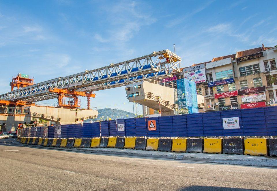 Gantri pelancar sudah sedia untuk pembinaan galang kekotak bersegmen di jajaran selepas Stesen MRT Metro Prima.