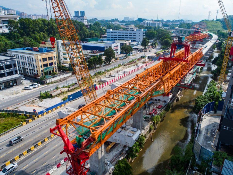 Kerja-kerja pembinaan segmen pratuang di tapak Stesen MRT Damansara Damai.