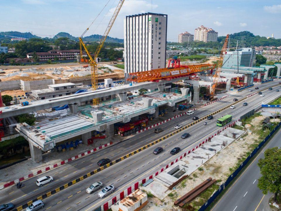 Kerja-kerja pembinaan segmen pratuang sedang berjalan di tapak Stesen MRT Sri Damansara Barat.