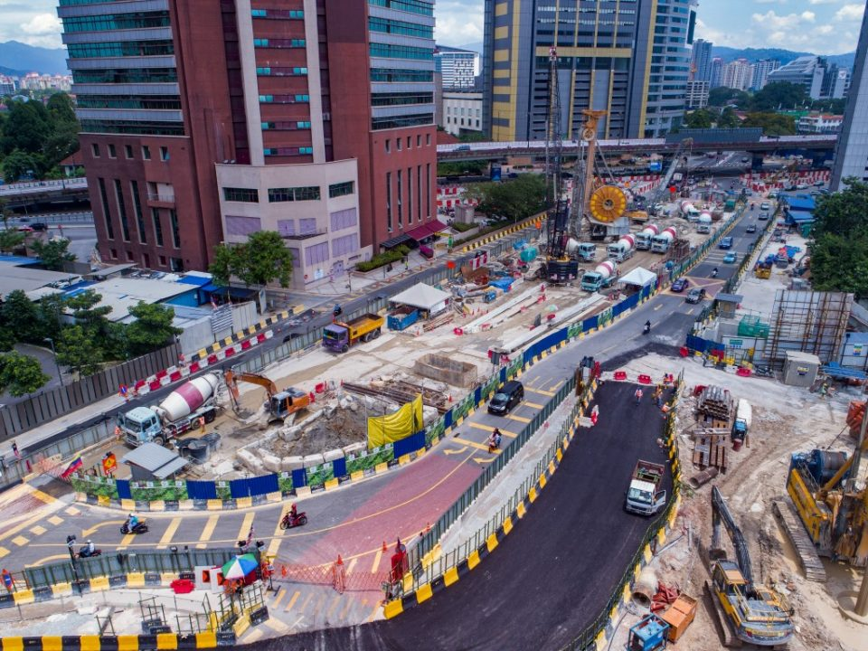 Pandangan udara aktiviti-aktiviti pembinaan di tapak Stesen MRT Kampung Baru Utara.