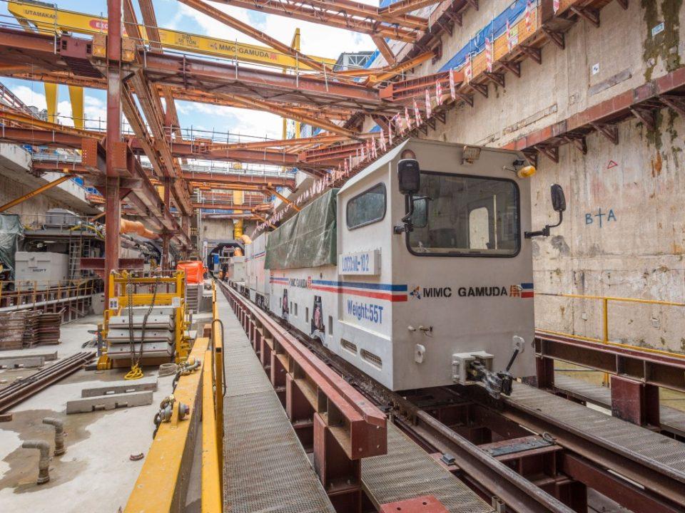 Keretapi lokomotif yang digunakan untuk mengangkut bahan dan bekalan untuk kerja terowong di Syaf Penyelenggaraan 1/ Lintasan Hospital Kuala Lumpur.