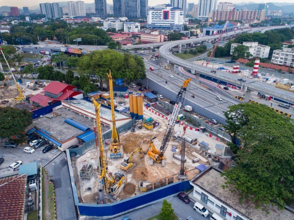 Pandangan atas tapak Stesen MRT Hospital Kuala Lumpur menunjukkan kerja-kerja pemasangan cerucuk gerek sekan sedang dijalankan di Adit A.