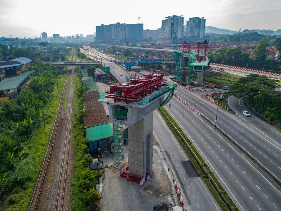 Pembinaan segmen pratuang lintasan rentang panjang sedang dijalankan berhampiran dengan tanjakan ke Tol Sungai Buloh