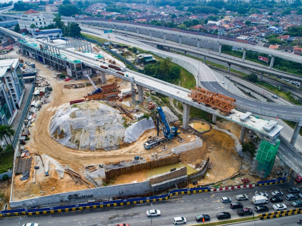Dinding penahan konkrit bertulang sedang dibina di tapak Stesen MRT Sri Damansara Timur
