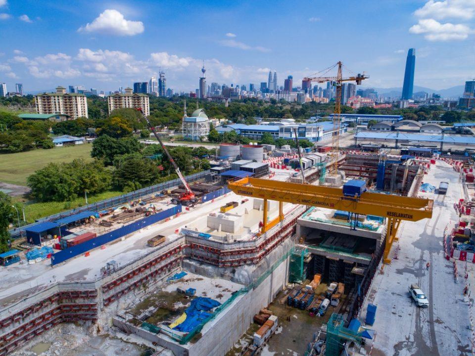 Pandangan atas tapak pembinaan Stesen MRT Bandar Malaysia Utara menunjukkan kerja-kerja pengukuhan utama sedang berjalan.