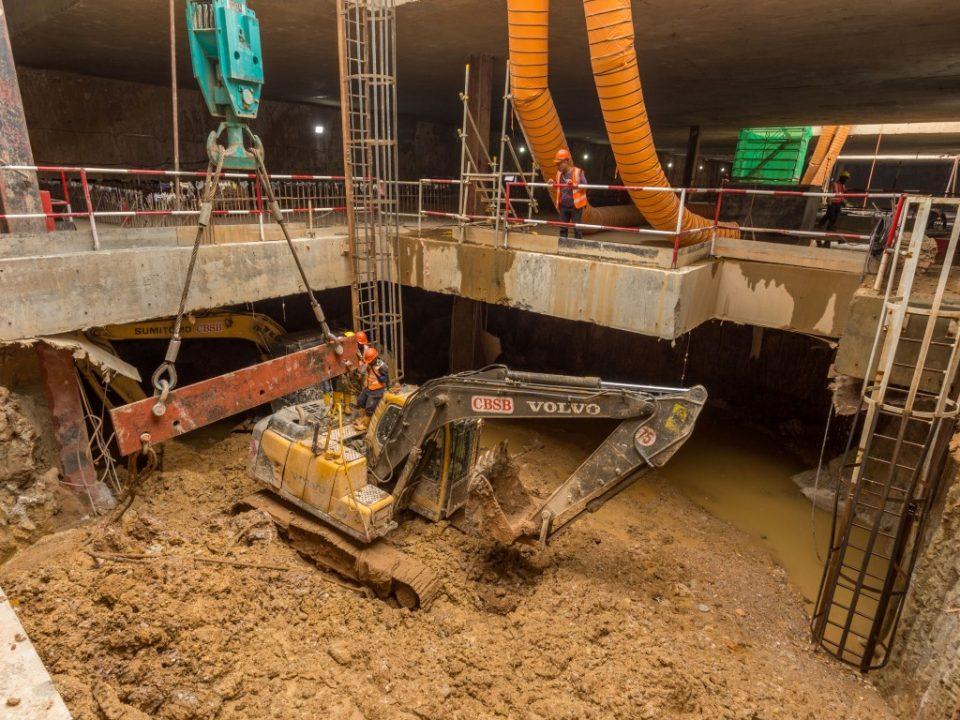 Pandangan kerja-kerja penggalian di bawah tahap plenum di tapak Stesen MRT Bandar Malaysia Selatan.