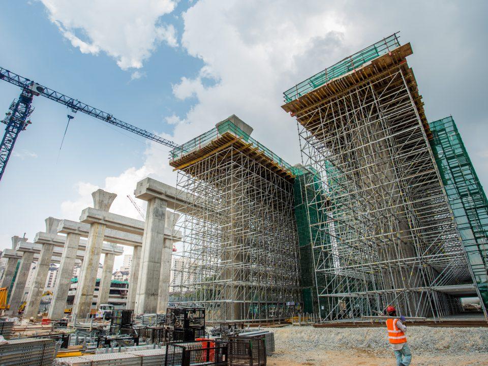 Pandangan kerja-kerja pembinaan portal di tapak Stesen MRT Kuchai Lama
