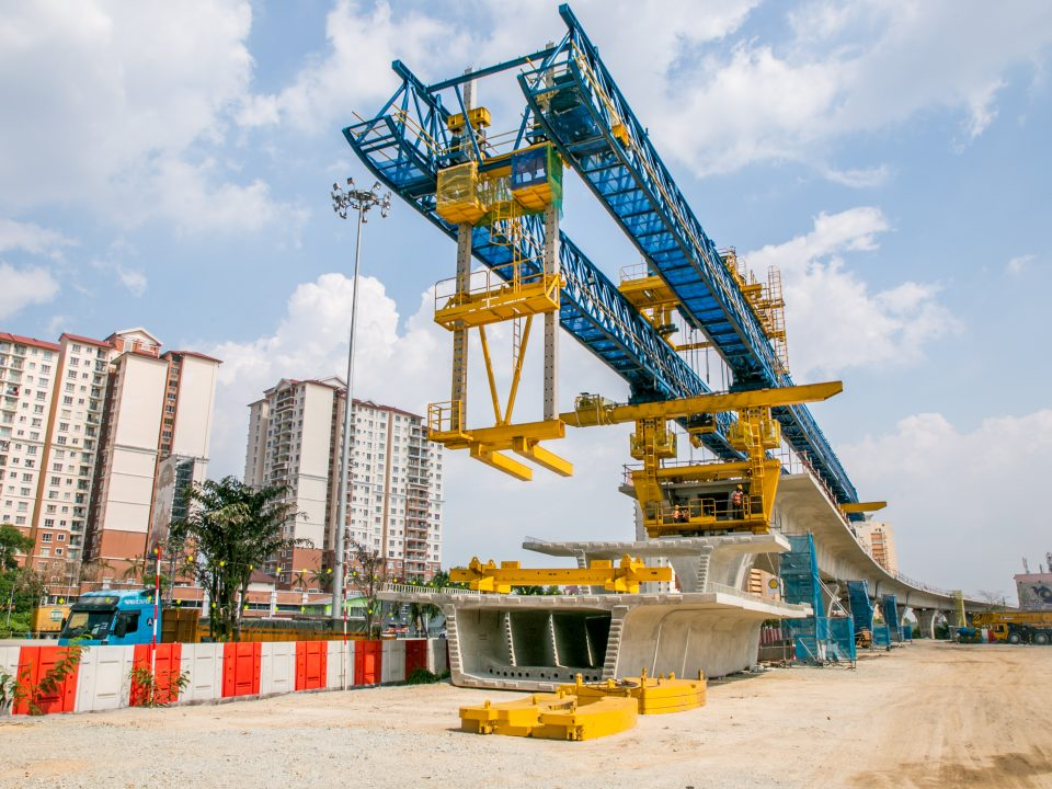 Pembinaan galang kekotak bersegmen sedang berjalan di tapak Stesen MRT Serdang Raya Utara.