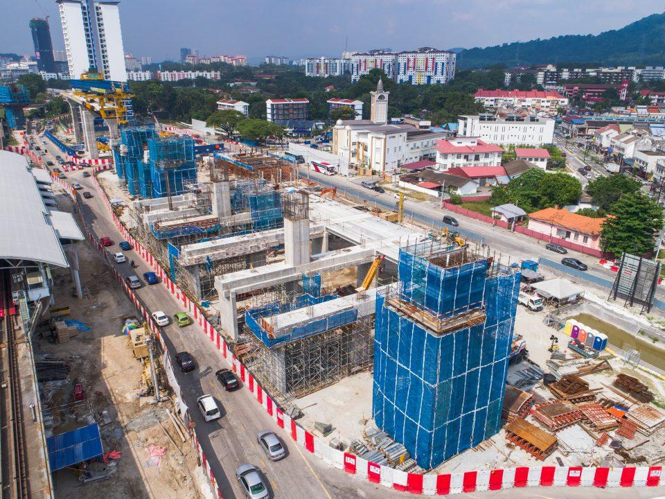 Pandangan pembinaan galang kekotak bersegmen serta pemasangan rebar untuk rasuk aras ruang legar dan kepala tiang di tapak Stesen MRT Sungai Besi. Turut kelihatan ialah kerja-kerja konkrit untuk kepala tiang