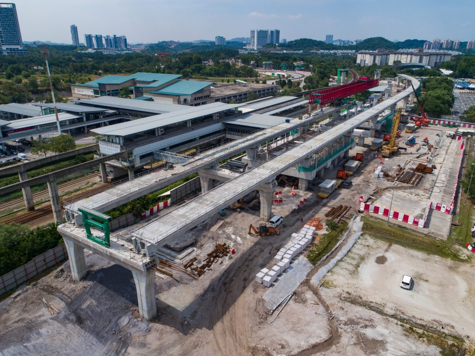 Pandangan udara kerja-kerja pelancaran galang kekotak bersegmen berjaya disiapkan di tapak Stesen MRT Putrajaya Sentral.