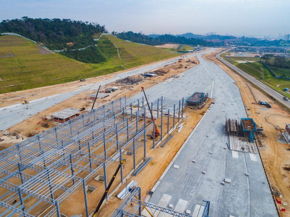 Pandangan struktur besi kawasan simpanan keretapi untuk lapik bumbung di tapak Depoh Serdang.