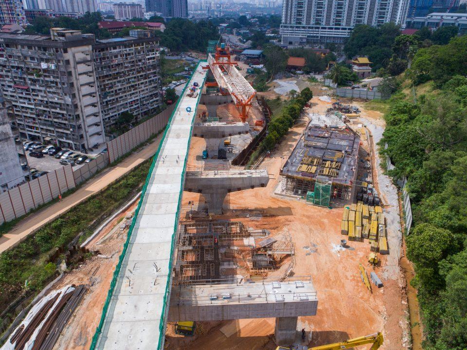 Kerja-kerja pelancaran galang kekotak bersegmen dan aras ruang legar stesen sedang berjalan di tapak Stesen MRT Taman Naga Emas.