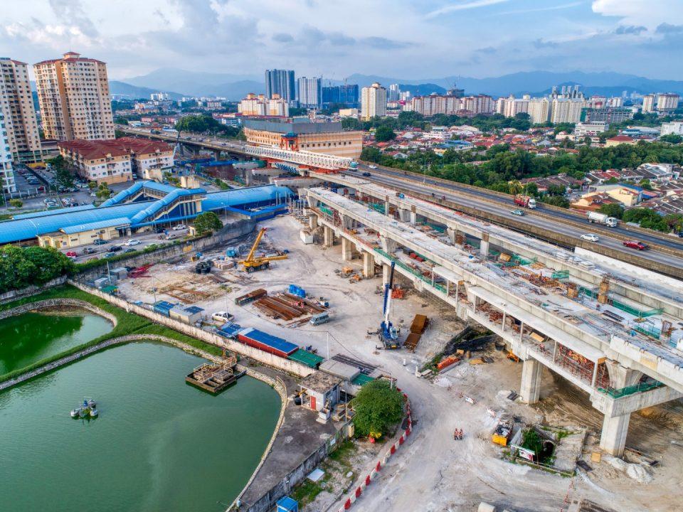 Rasuk, papak dan tiang siap dibina di aras ruang legar sementara kerja-kerja pembinaan rasuk dan papak sedang dijalankan di aras tengah stesen di tapak Stesen MRT Kepong Sentral.