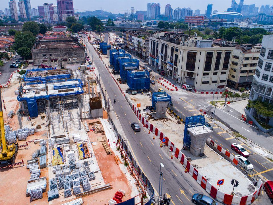 Pandangan aktiviti pelancaran kerja-kerja ulir dan penegasan sedang berjalan serta pembinaan bangunan stesen di tapak Stesen MRT Kentomen.