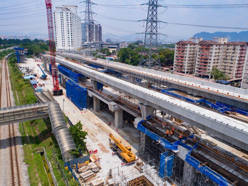 Pandangan pembinaan perancah serta memasang pelindung bucu dan kerja-kerja rebar di aras ruang legar Stesen MRT Kampung Batu.