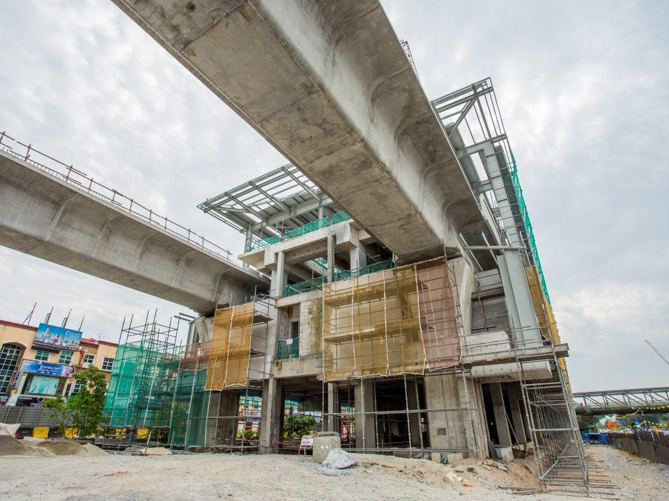 Pemasangan lapik bumbung berjaya disiapkan untuk memastikan kekangan air di kekotak Stesen MRT Kepong Baru.