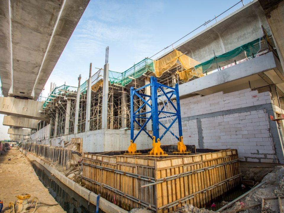 Kerja-kerja asas bagi kren menara sedang berjalan di tapak Stesen MRT Metro Prima.