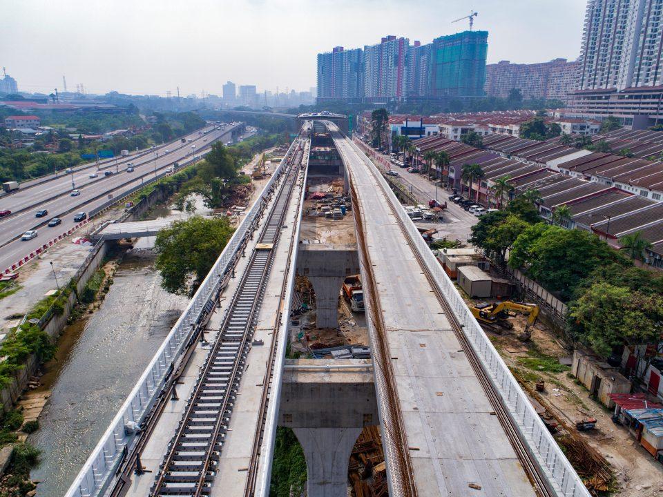 Pandangan udara pembinaan ketapak landasan kereta api di tapak Stesen MRT Damansara Damai.