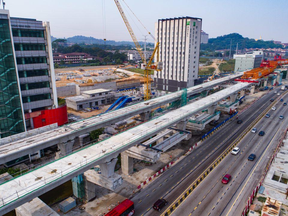 Pandangan udara pembinaan galang kekotak bersegmen bagi rentangan di tapak Stesen MRT Sri Damansara Barat.