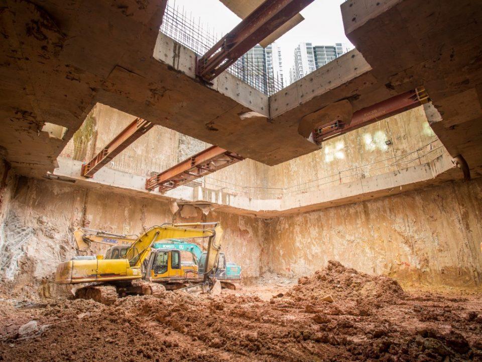 Pandangan kerja-kerja penggalian sedang berlangsung di tapak Stesen MRT Ampang Park.
