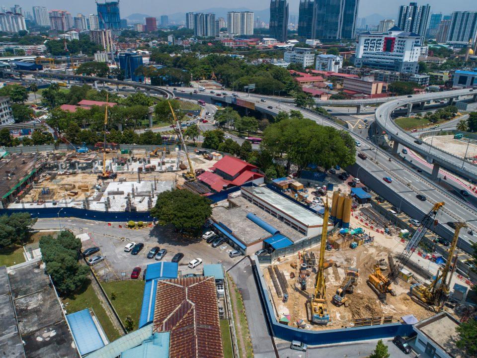Pandangan udara tapak Stesen MRT Hospital Kuala Lumpur menunjukkan pembinaan tembok cerucuk sekan sedang berjalan.