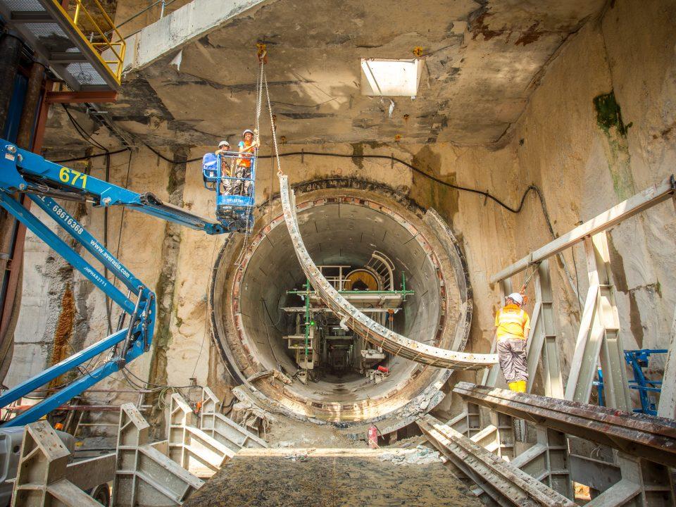 Penyingkiran lapisan kasar dinding dari pelancaran mesin pengorek terowong sedang berlaku di tapak Stesen MRT Titiwangsa.