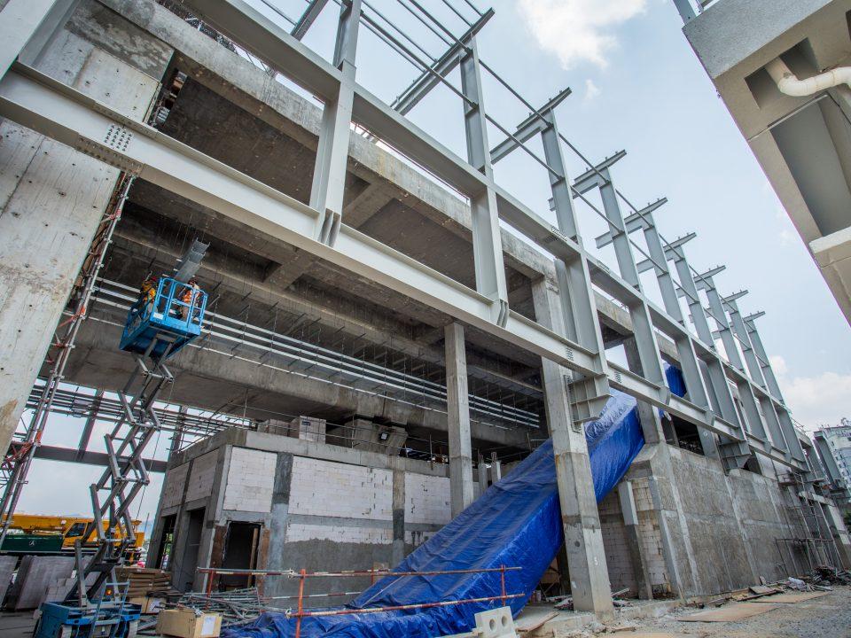 Kerja-kerja pemasangan kurungan kabel di tapak Stesen MRT Sri Damansara Timur