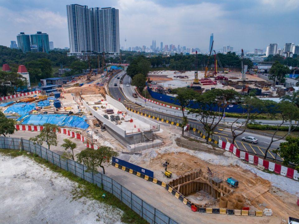 Pertukaran antara kerja-kerja bawah tanah dan bertingkat sedang berjalan. Aktiviti-aktiviti pembinaan bagi struktur bertingkat boleh dilihat dari pandangan udara Portal Selatan.