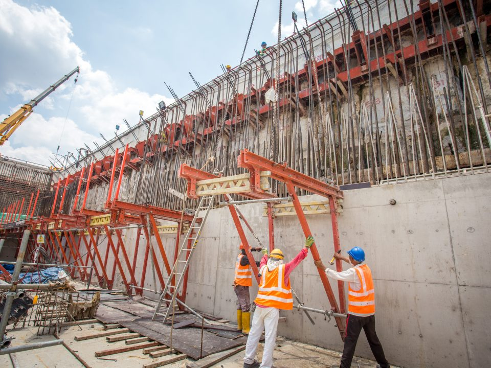 Aktiviti-aktiviti pembinaan tembok besi tetulang berjalan dengan baik di tapak Stesen MRT Bandar Malaysia Utara.