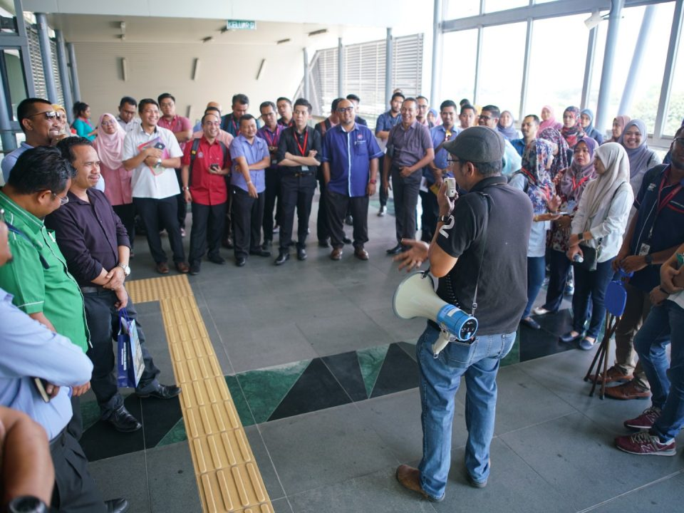 TAKLIMAT: Taklimat tentang kemudahan yang disediakan di stesen MRT untuk memenuhi keperluan Orang Kurang Upaya sedang diberikan oleh Pengurus Projek Kanan Reka Bentuk dan Perancangan Mass Rapid Transit Corporation Sdn Bhd, Encik Mohd Fadzil Abd Hadi.