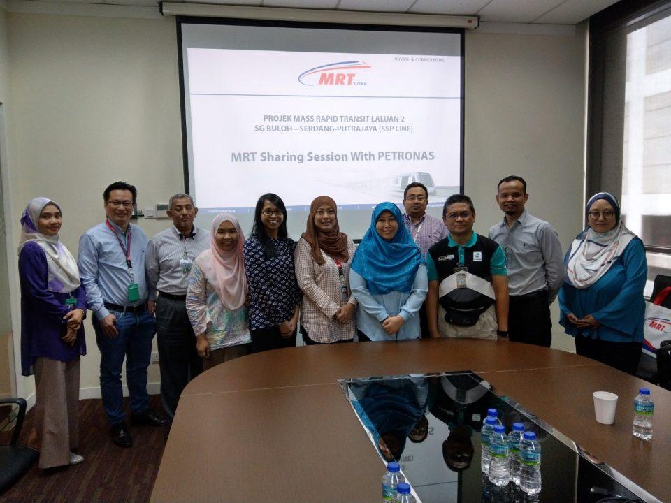 DALAM INGATAN: Para delegasi dari Petroliam Nasional Berhad mengambil gambar berkumpulan bersama wakil-wakil dari Mass Rapid Transit Corporation Sdn Bhd untuk memperingati sesi perkongisan ilmu